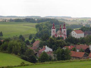 Pohled na kostel a školu