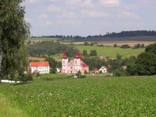 Kostel se školou z jihozápadu