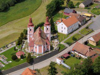 Kostel sv. Bartoloměje v Rozsochách a ZŠ Rozsochy