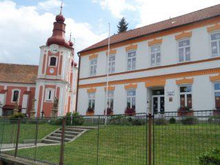 ZŠ Rozsochy a kostel sv. Bartoloměje