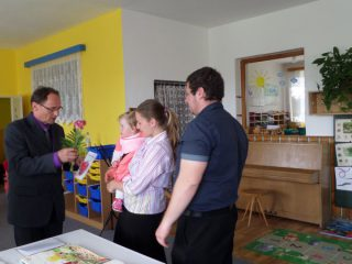 Zápis do pamětní knihy obce a přádání dárku